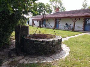 Les herbens fontaine devant chambres